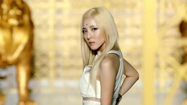 2NE1 - FALLING IN LOVE M_V 2396