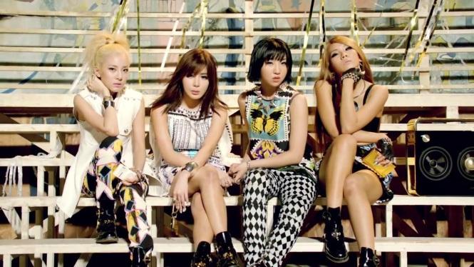 2NE1 - FALLING IN LOVE M_V 5434