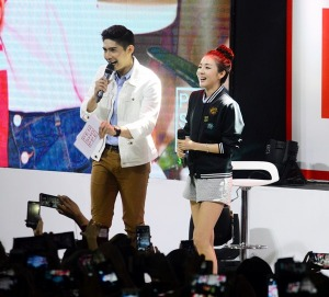 Dara with emcee Robi Domingo