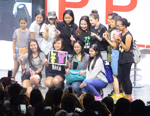 Dara poses with fans for a photo