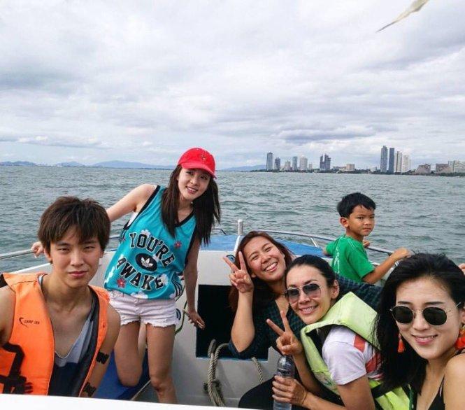 Tourist-Dara-Thai-Friends-2