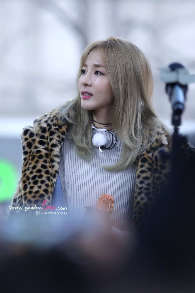 170118-dara-talking-street-1