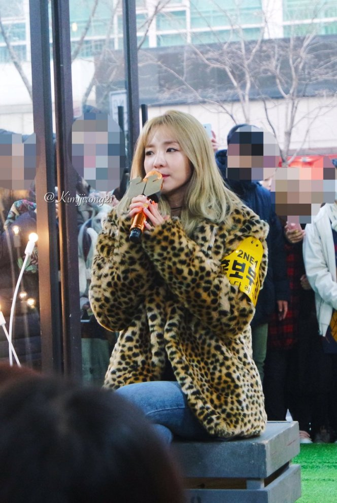 170118-dara-talking-street-10