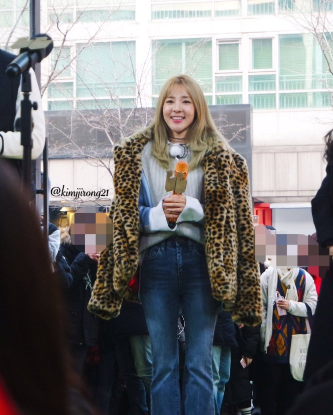 170118-dara-talking-street-12