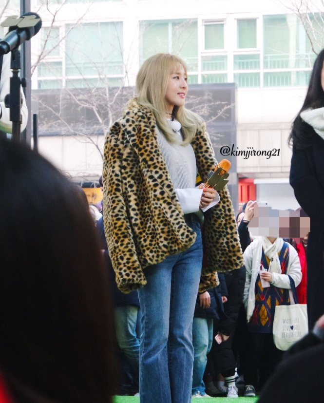 170118-dara-talking-street-13