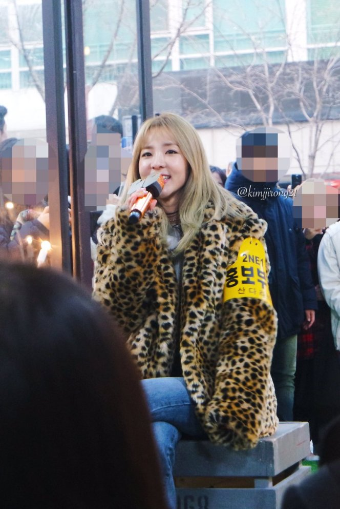170118-dara-talking-street-9