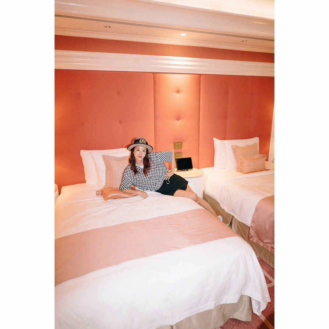 Sns update dara shares her cute girly and pink hotel for Cute hotel rooms